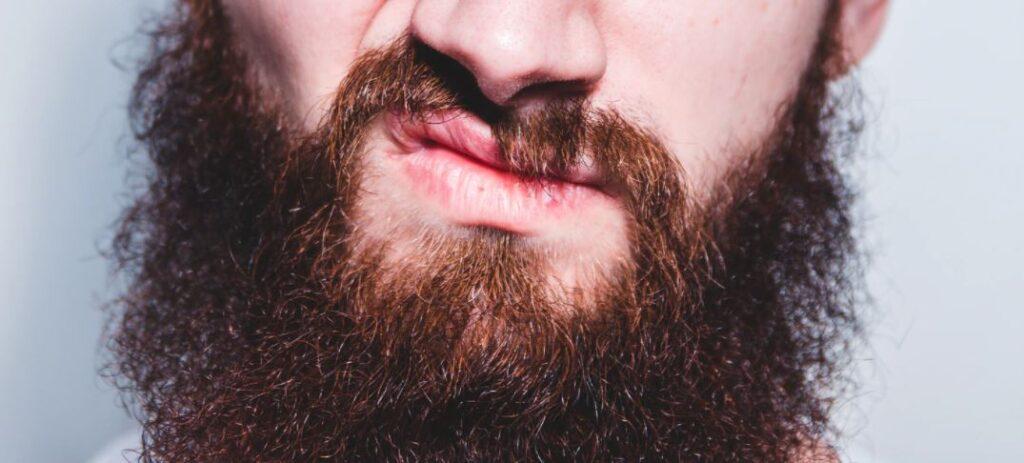 Raspar a barba engrossa os fios?